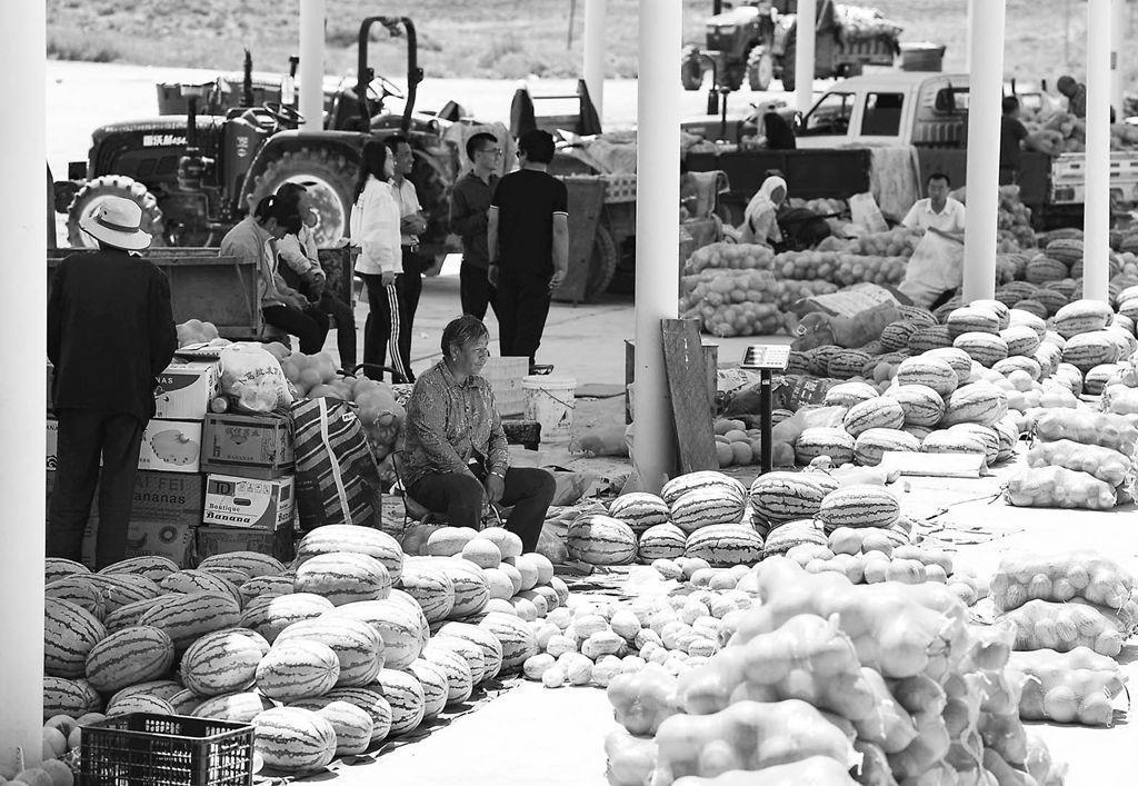 宁夏中宁县喊叫水乡的瓜农在集市上售卖瓜果
